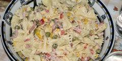 Makaronowa sałatka z groszkiem i kukurydzą
