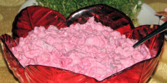 Sa�atka �ledziowa z czerwonymi burakami