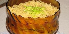 Sa�atka warstwowa ze �ledziami i og�rkami konserwowymi