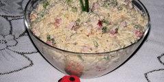 Sałatka z makaronem ryżowym i sosem czosnkowym