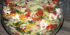 Warstwowa sałatka z Fetą na kolorowo