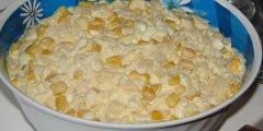 Delikatna sałatka z żółtym serem i ananasem