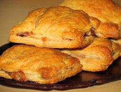 Pakieciki z szynką i żółtym serem w cieście francuskim