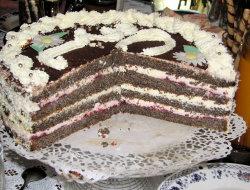 Tort makowy z kremem �mietankowym i d�emem wi�niowym