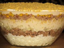 Warstwowa sa�atka z tu�czyka i kukurydzy