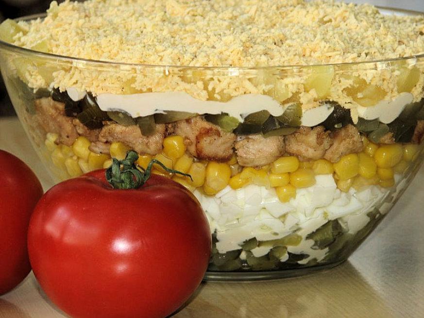 Warstwowa Salatka Z Kurczakiem Przepisy Kulinarne Salatki