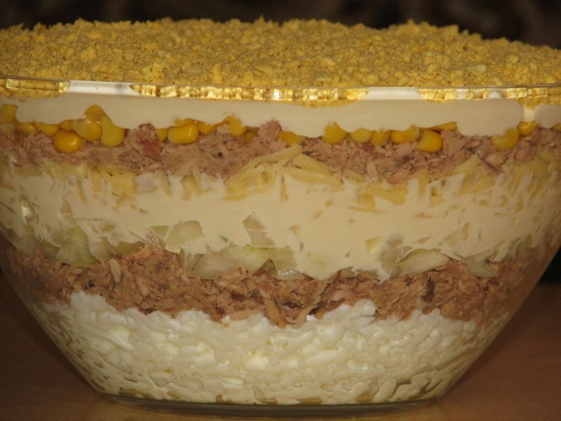 Warstwowa Salatka Z Tunczyka I Kukurydzy Przepisy Kulinarne Salatki